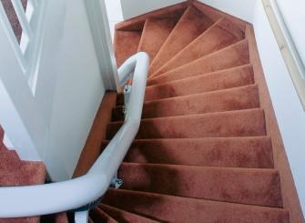 traplift aan spilzijde van trap✔ Swing traplift✔ traplift aan binnenzijde veilige oplossing